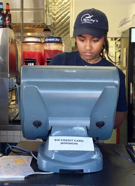 15-летняя Саша Обама со всей серьёзностью подошла к новой работе