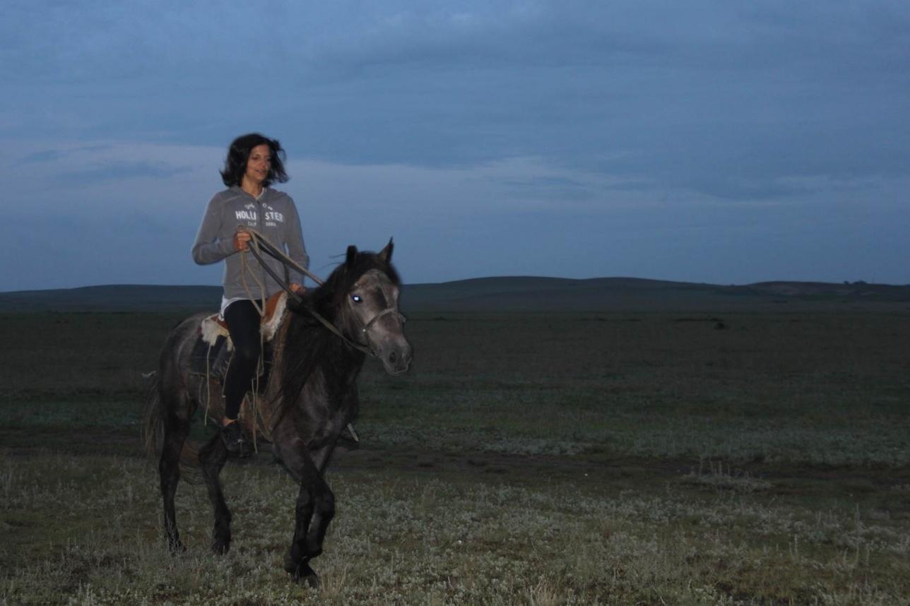 Федерика впервые оседлала коня именно в Казахстане