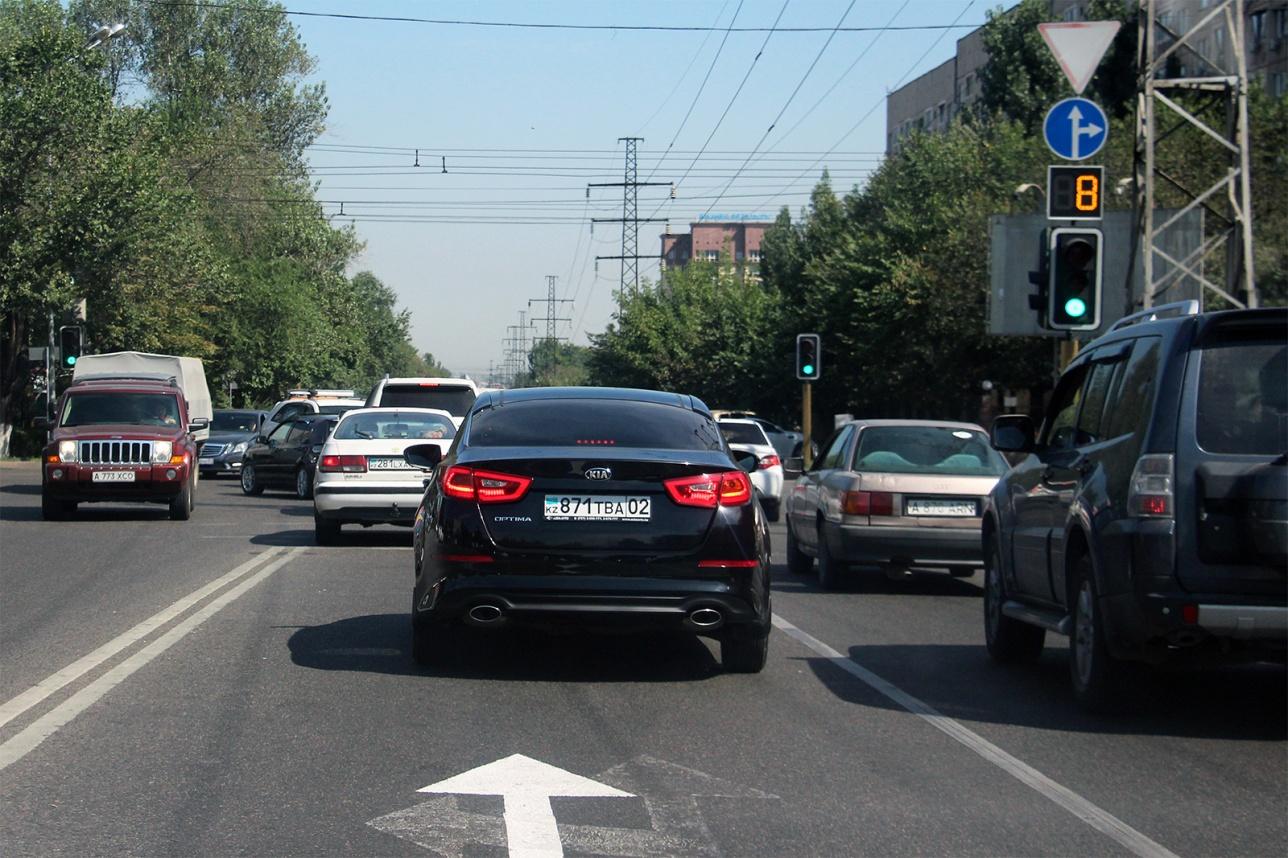 Пересечение улицы Розыбакиева с улицей Сатпаева в северном направлении