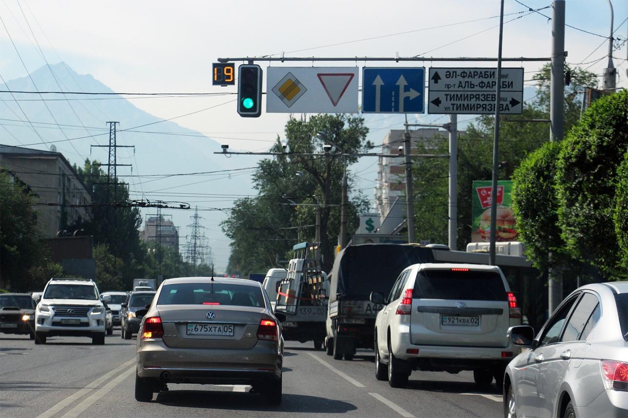 Пересечение улицы Розыбакиева с улицей Тимирязева в южном направлении