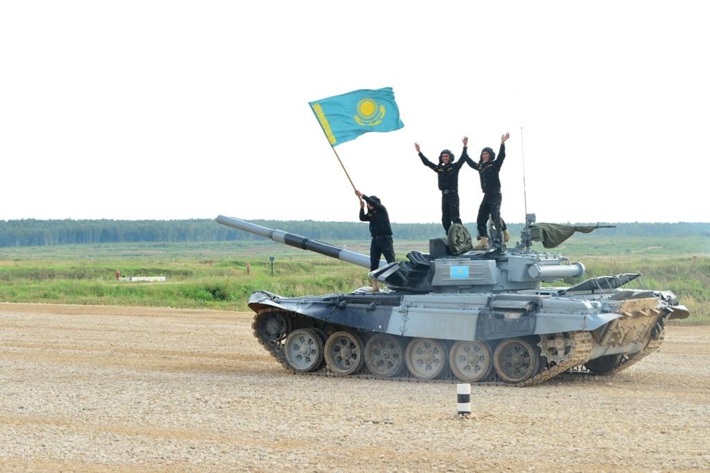 Казахстанские танкисты с гордостью водрузили на бронь машины флаг родной страны