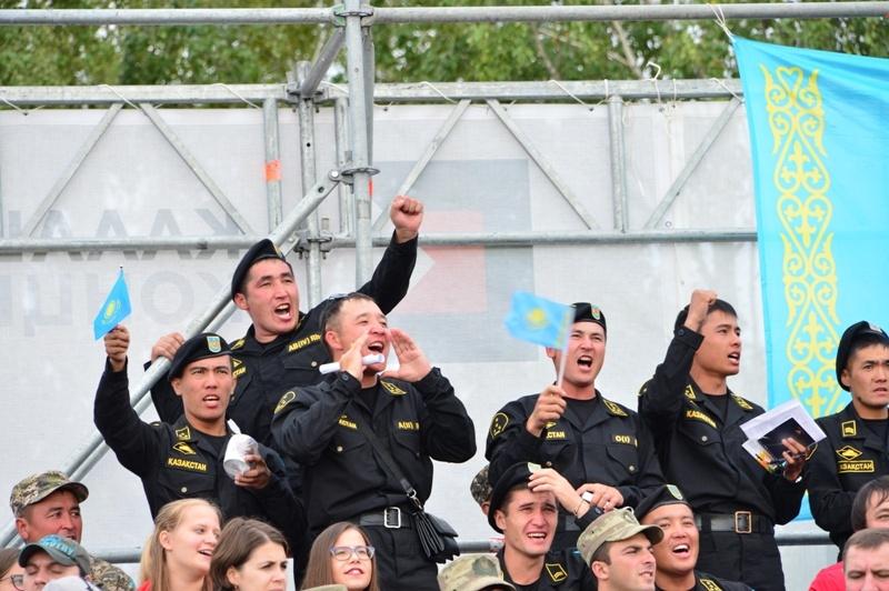 Сослуживцы как могли поднимали боевой дух конкурсантов