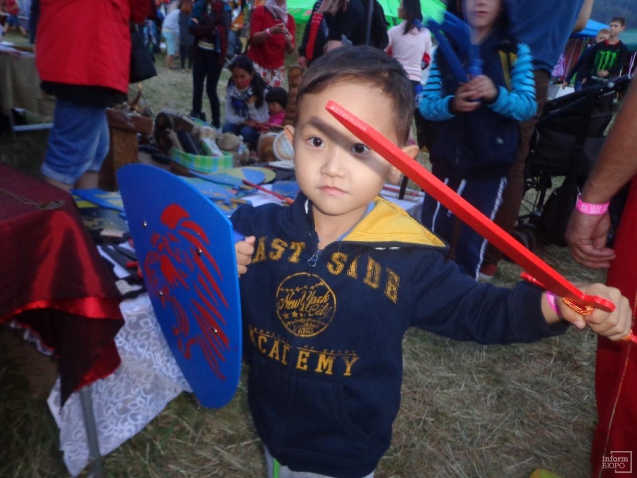 У малышей пользовались спросом щиты и мечи