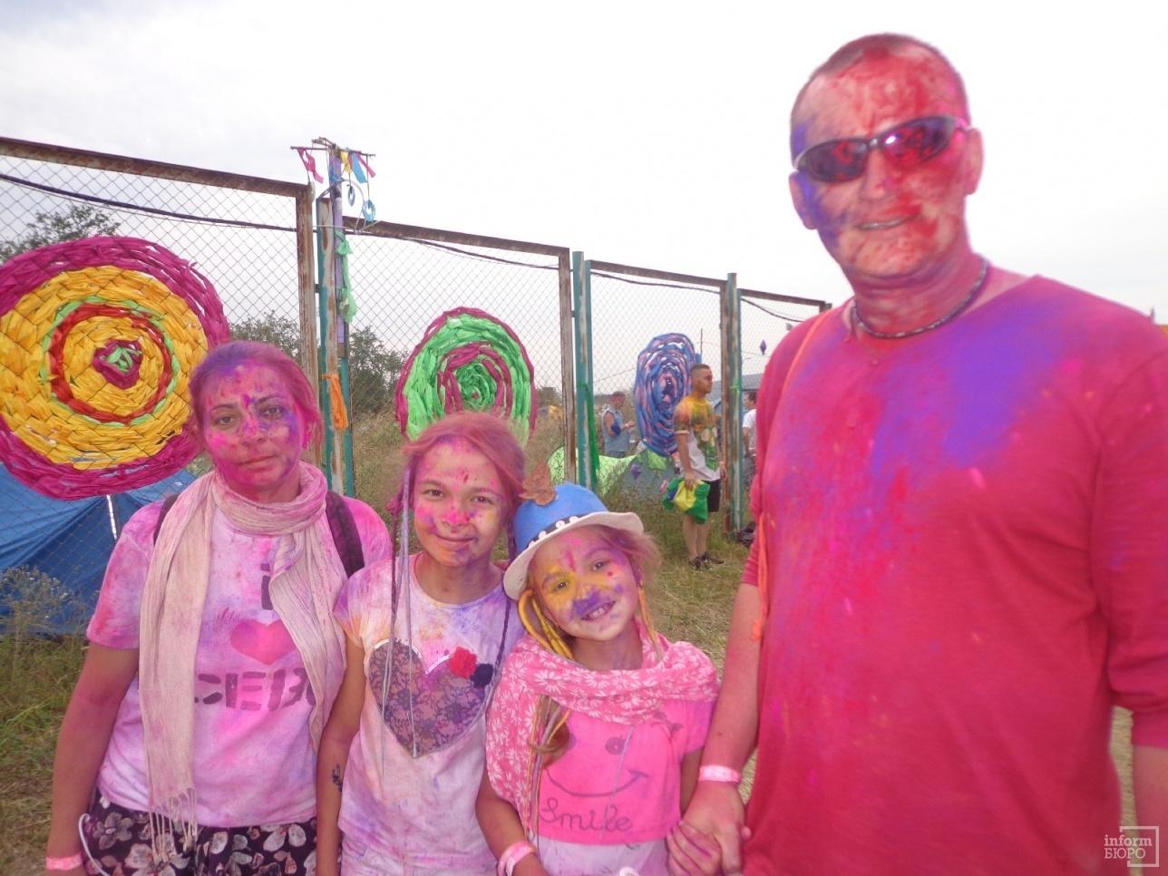 Участники праздника красок холи