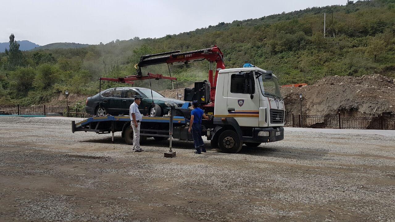 Эвакуатор увозит машины, мешающие визиту Масимова