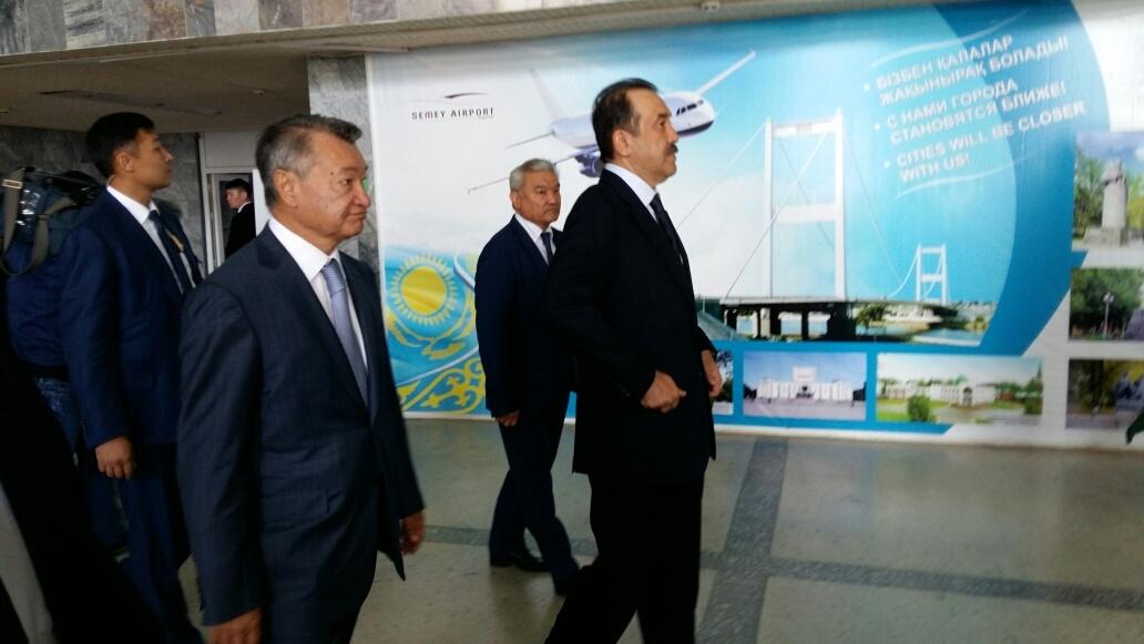 Премьер прогулялся по обветшалому зданию аэропорта в Семее