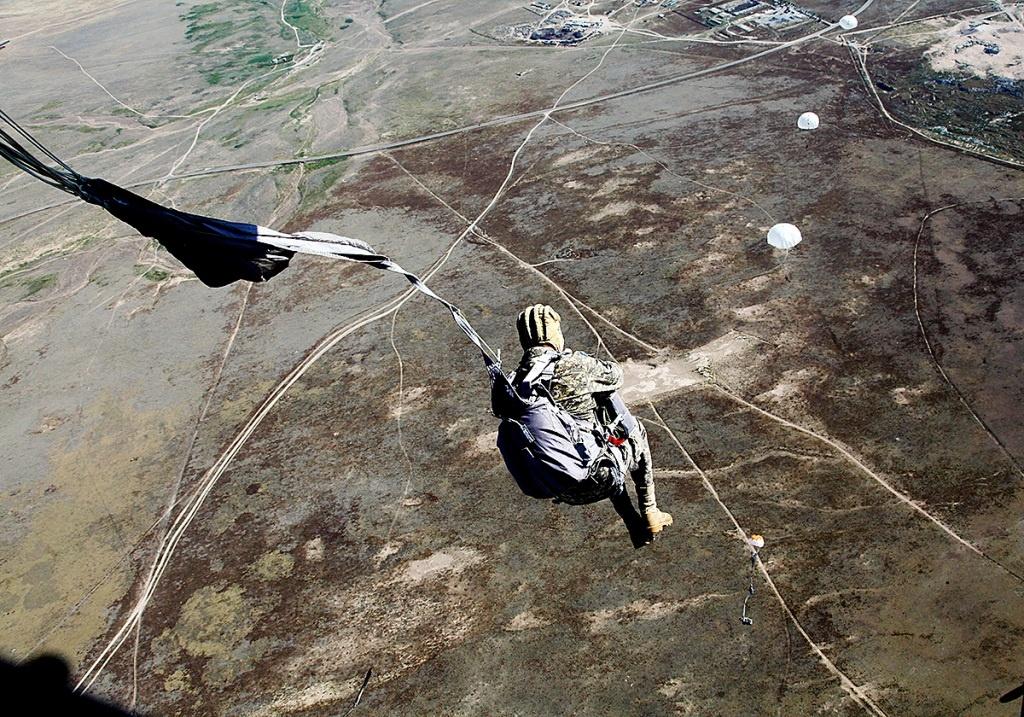 Казахстанские десантники совершили прыжки с парашютом на воду