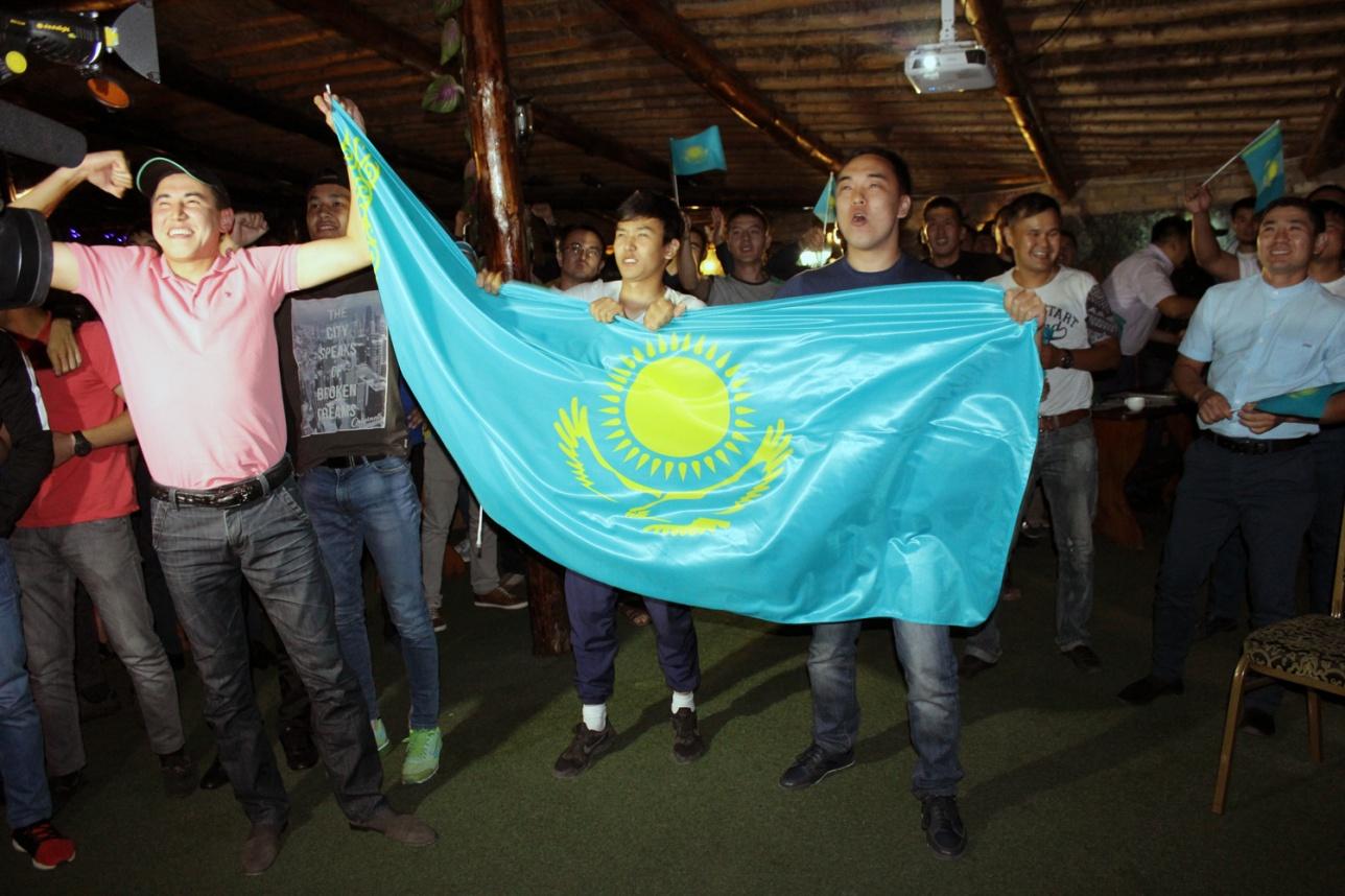 Казахстанские болельщики встретились, чтобы посмотреть поединок Данияра