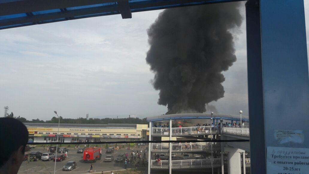 Пожарные выехали на место возгорания на барахолке в Алматы
