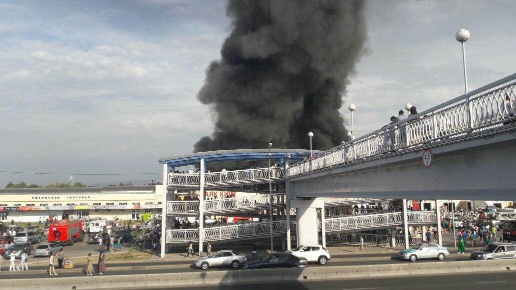 В Алматы опять горит барахолка