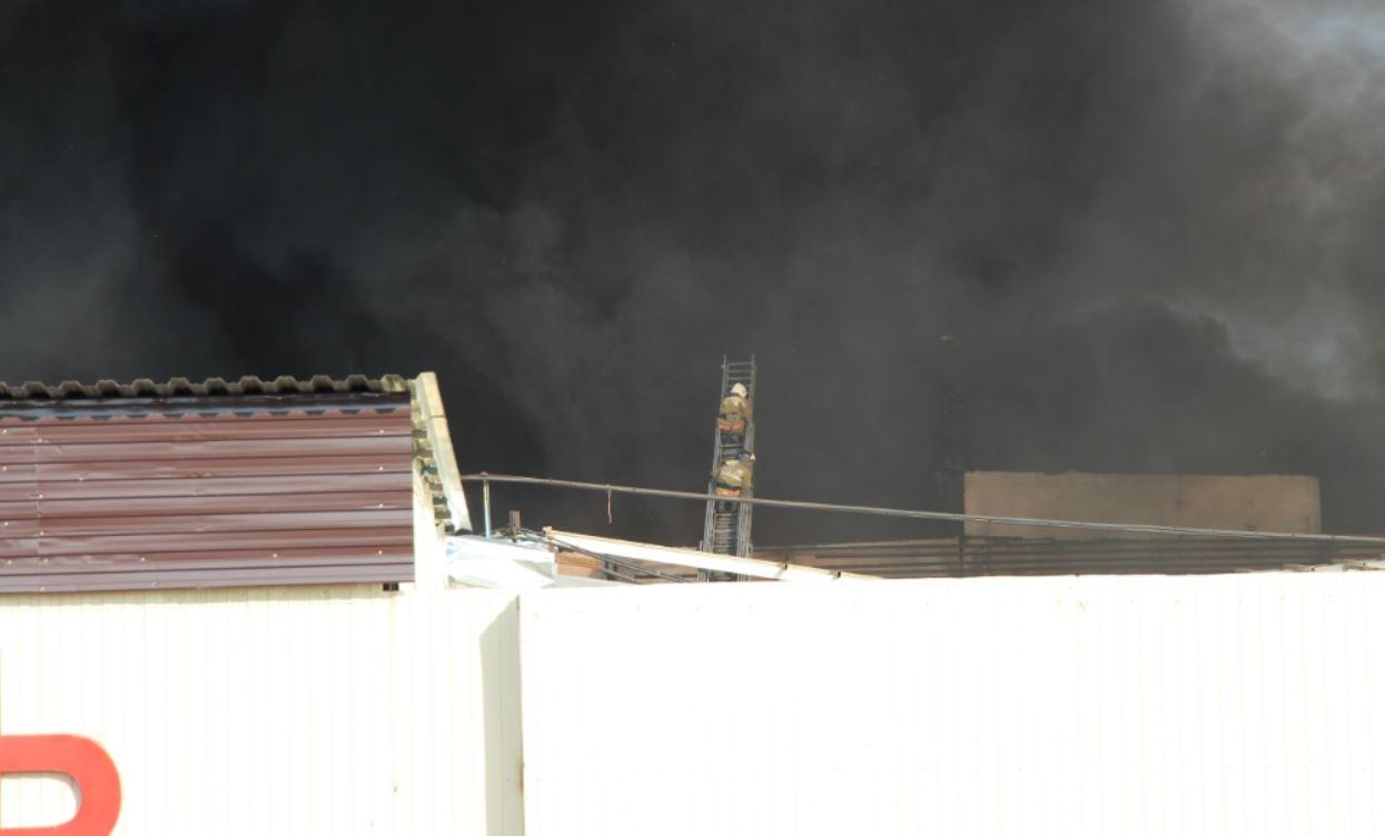 Пожарные делают всё что в их силах, но пока не могут локализовать огонь