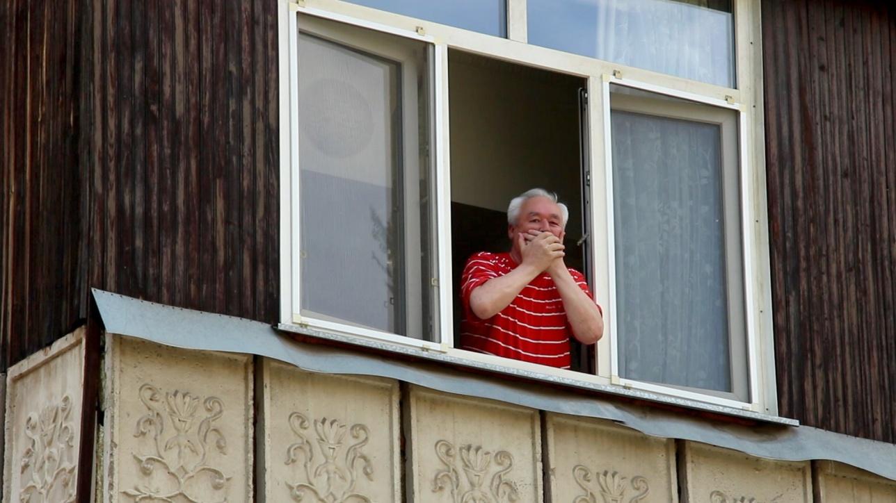 Сейтказы Матаев на балконе своего дома в Алматы, 26 июля 2016 года