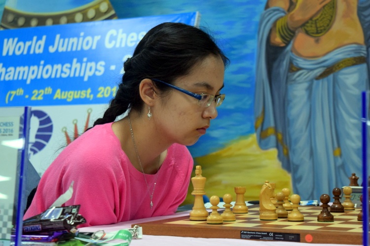 Динара Садуакасова играет в шахматы
