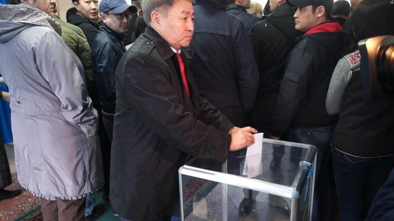 кандидат Т. Сыздыков на избирательном участке №32