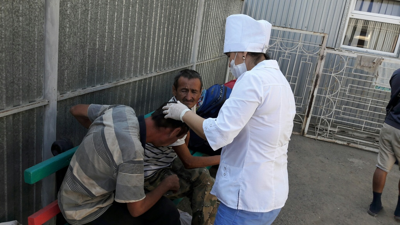 Всех бездомных сначала осмотрел врач