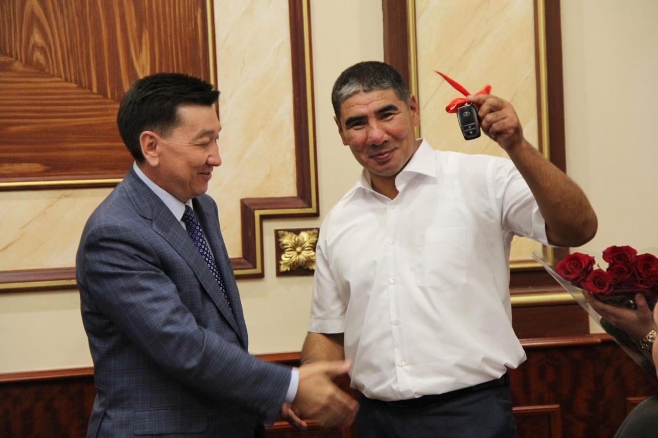 Тренеру Ниязымбетова подарили внедорожник