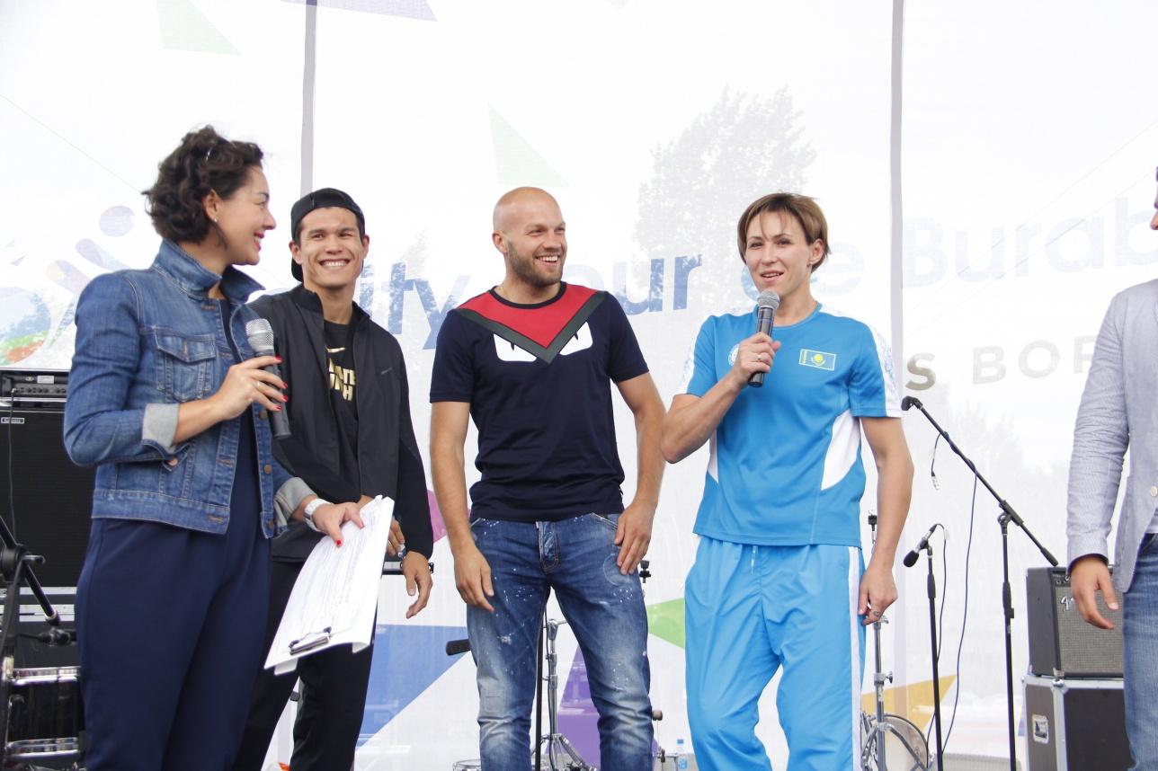 После выступления олимпийские призёры сфотографировались со своими фанатами