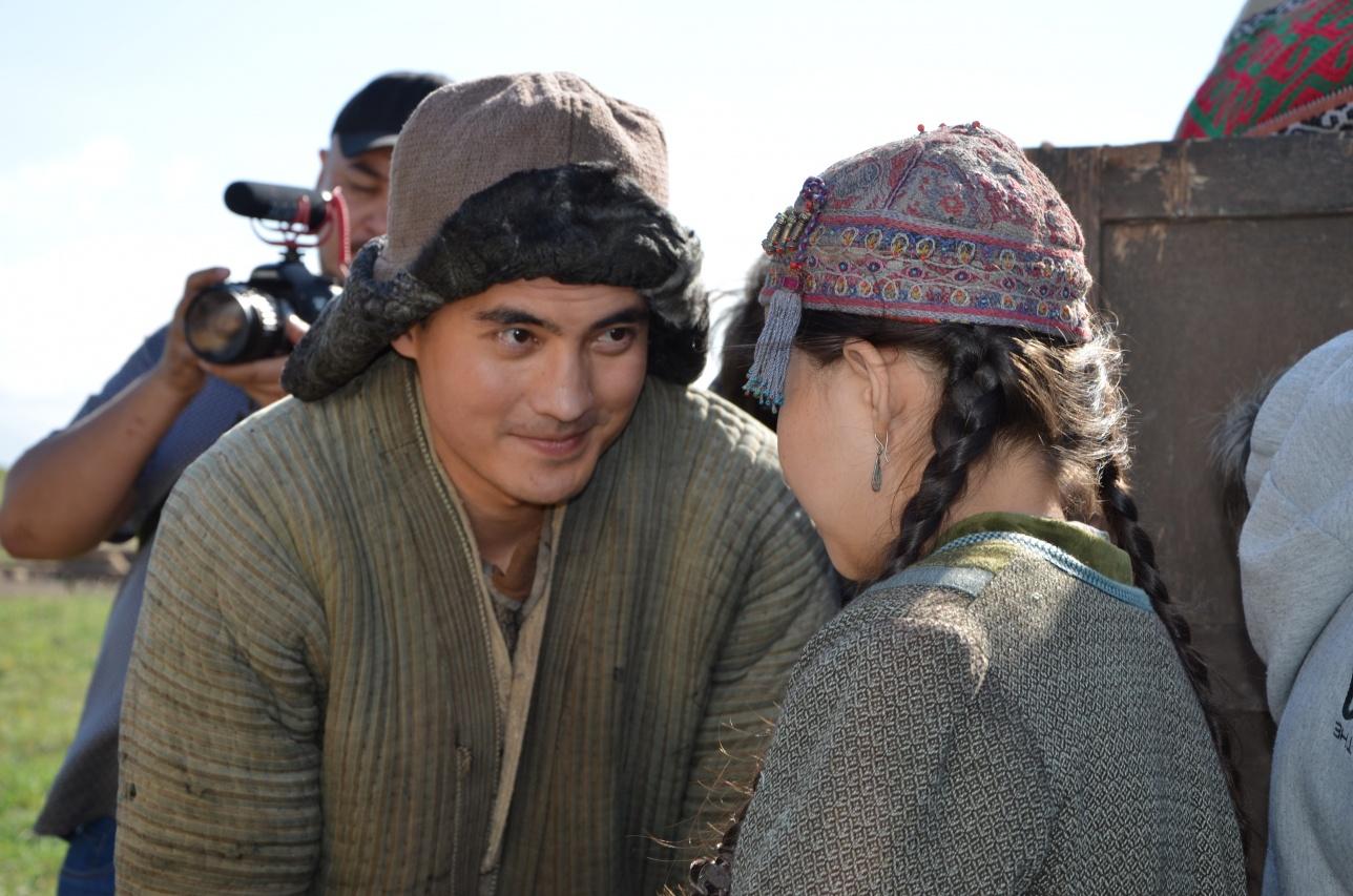 Перед дублем актёр Санжар Мадиев общается со своей маленькой коллегой