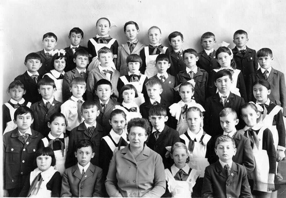 Карим Масимов с одноклассниками и первой учительницей