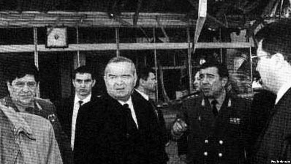Ислам Каримов осматривает территорию, на которой произошел взрыв