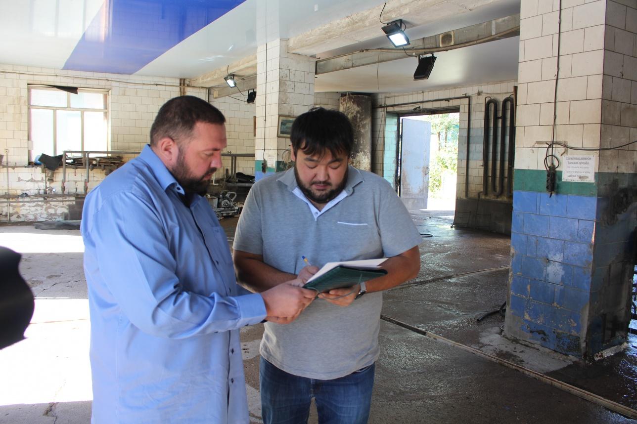"""Инспектор ГКП """"СУ Арнасы"""" знакомит арендатора автомойки с новыми техническими требованиями"""