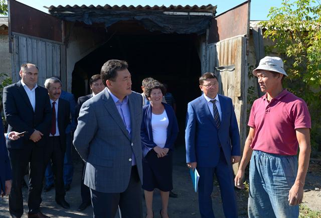 Булат Бакауов раздал поручения во время объезда сельской зоны Аксу