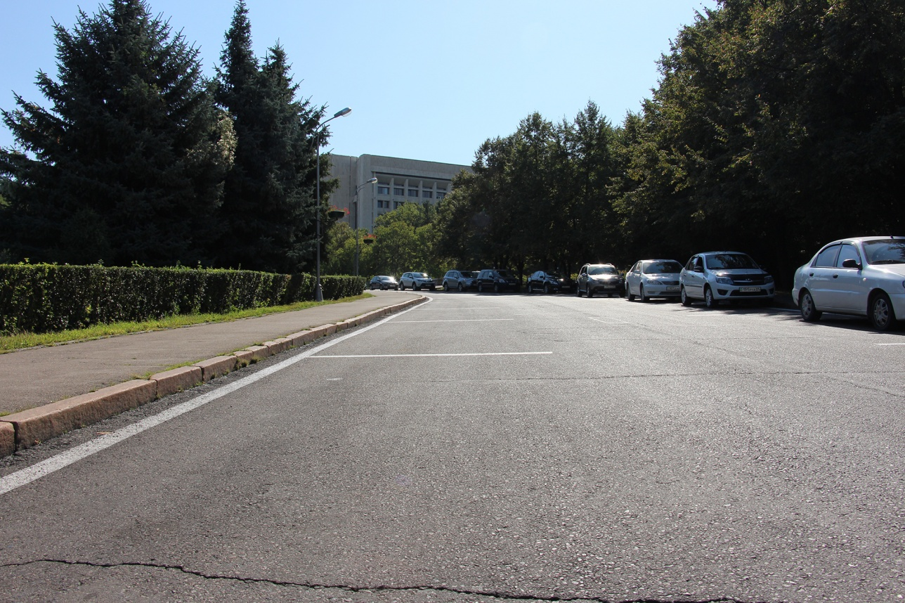 Зона платной парковки возле акимата свободна даже в рабочее время