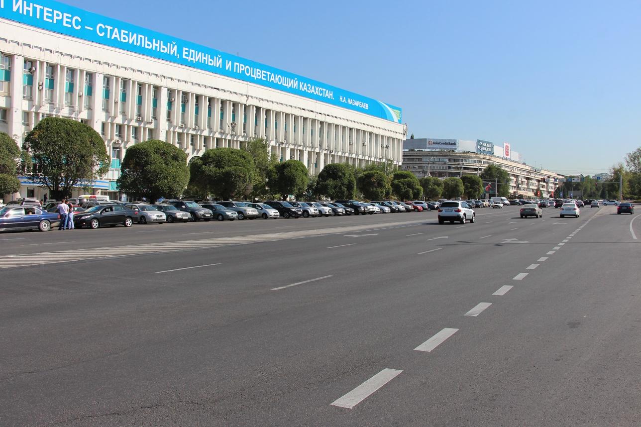 Сотрудники акимата оставляют свои машины на улице Сатпаева, чтобы не платить за парковку