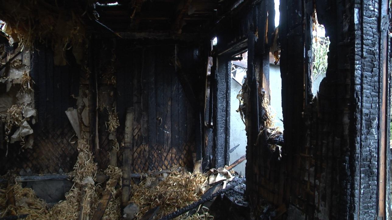 От дома ничего не осталось, он сгорел в считанные минуты