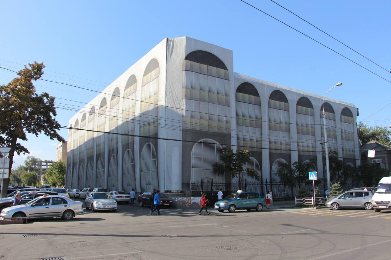 Здание генпрокуратуры прикрыли баннером