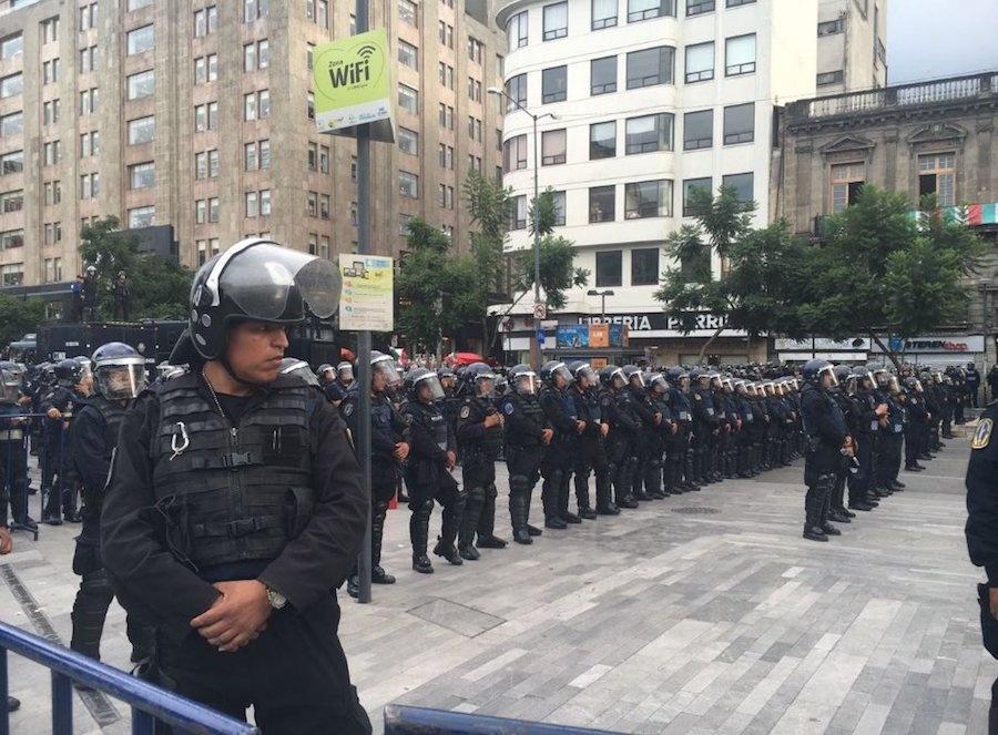 Полиция Мехико наблюдает за демонстрацией