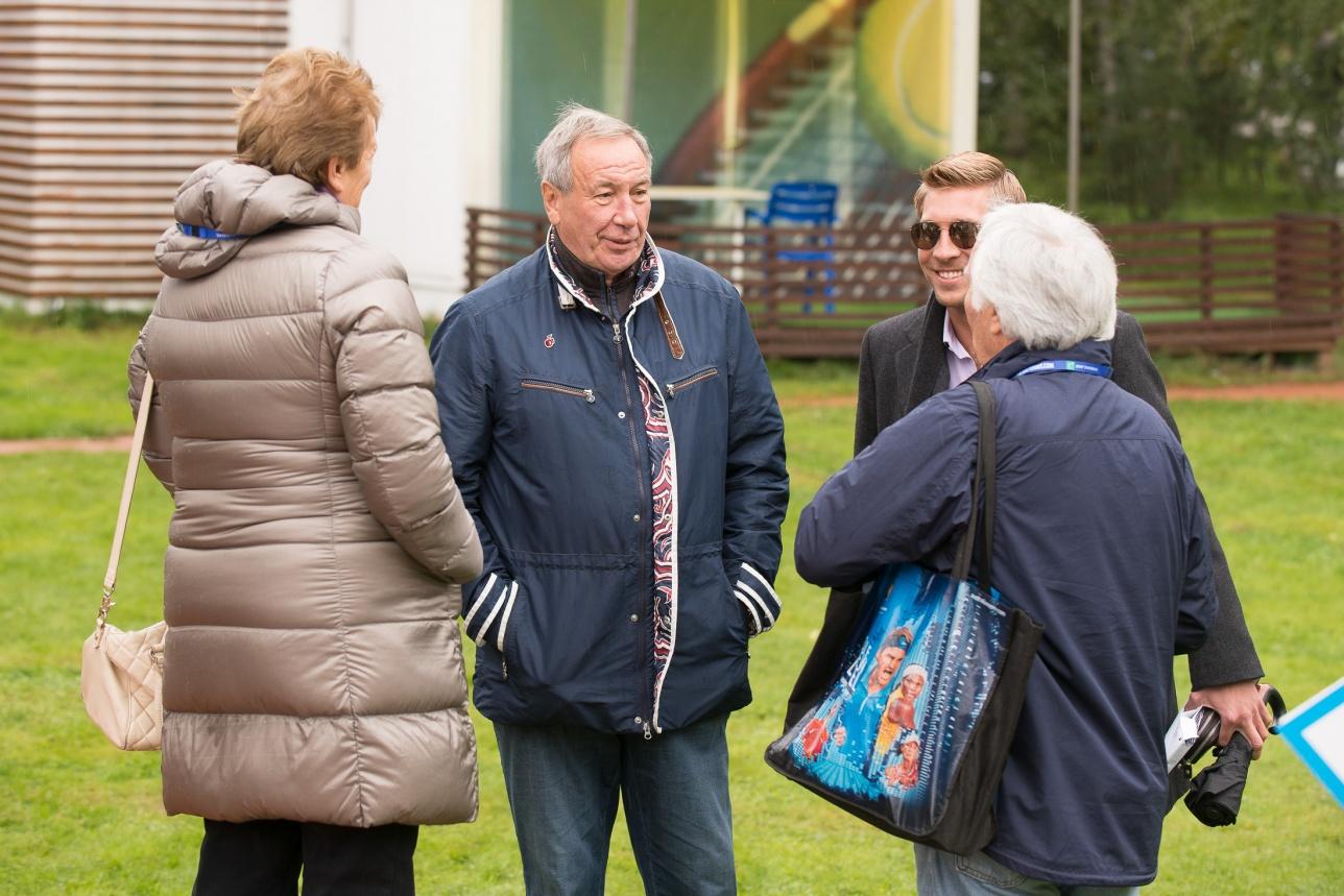 У президента Федерации тенниса России и капитана сборной Шамиля Тарпищева было хорошее настроение