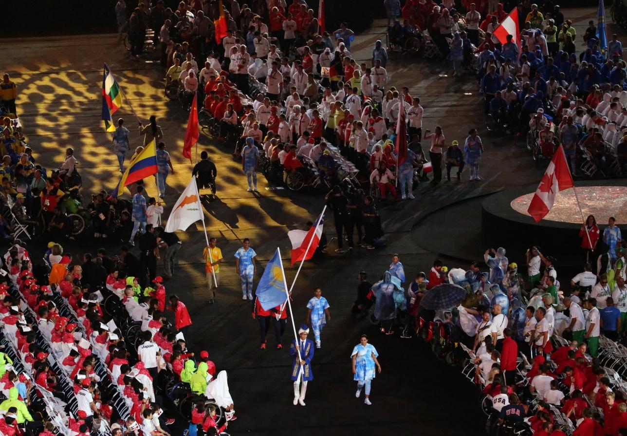Казахстанский флаг на церемонии закрытия Паралимпиады