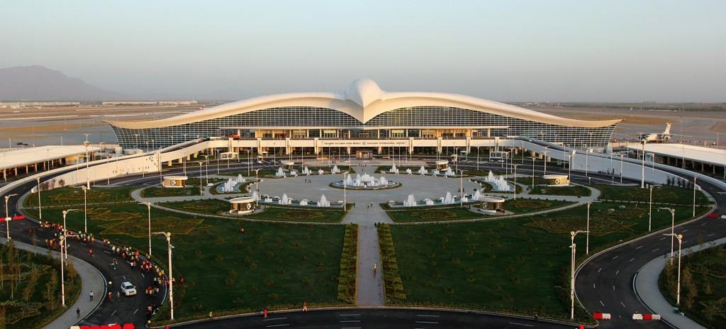 Терминал аэропорта выполнен в форме парящего сокола