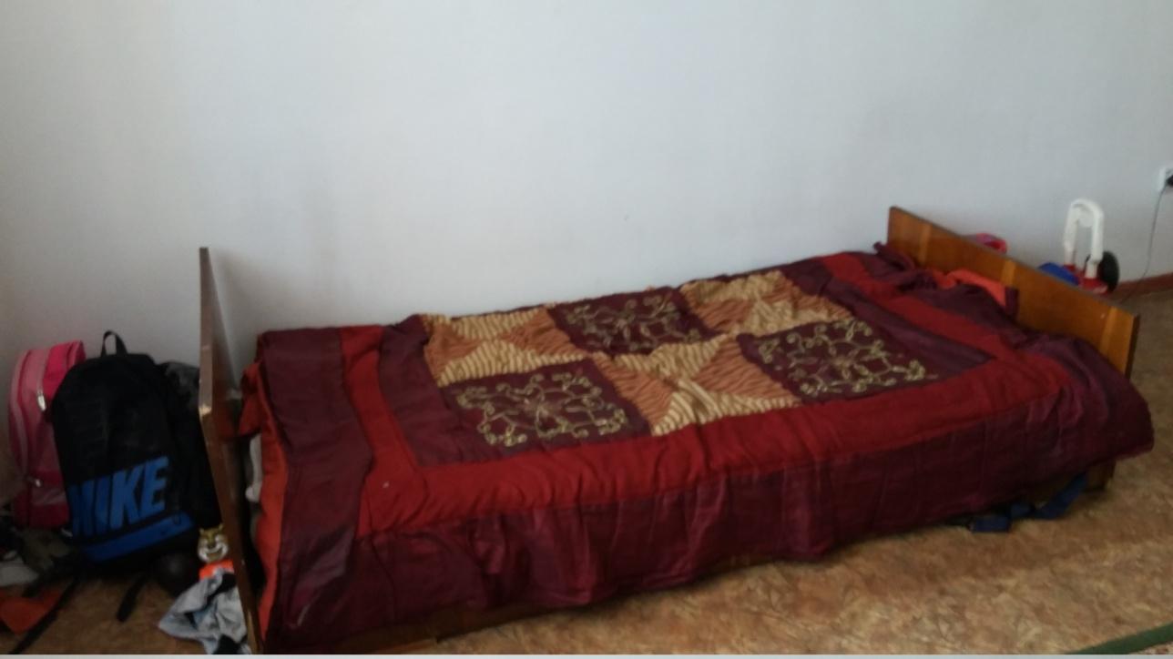 Кровать, на которой дети спят по очереди
