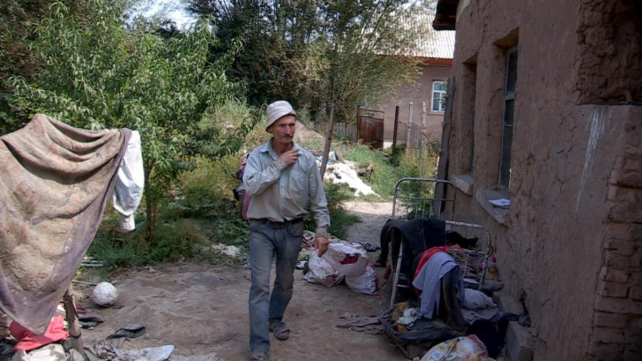 В этом доме мужчина зарабатывае время от времени по 500-1000 тенге