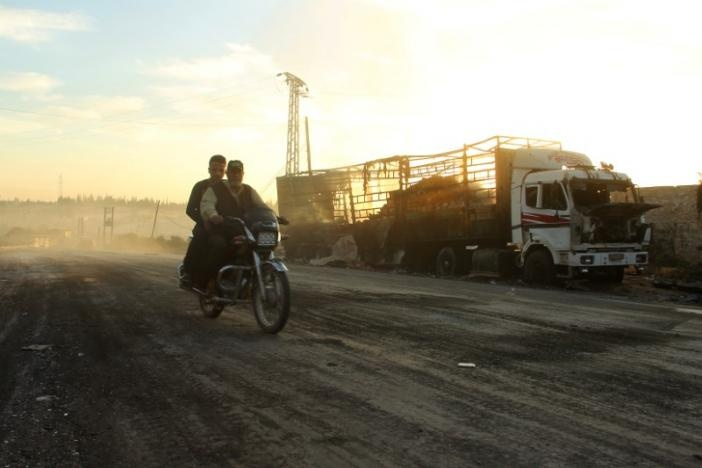 В результате бомбёжки погиб 21 человек. Были сожжены 18 грузовиков