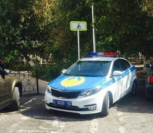Инспектор ДПС припарковался в неположенном месте