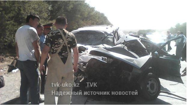 От столкновения легковой автомобиль разорвало на две части