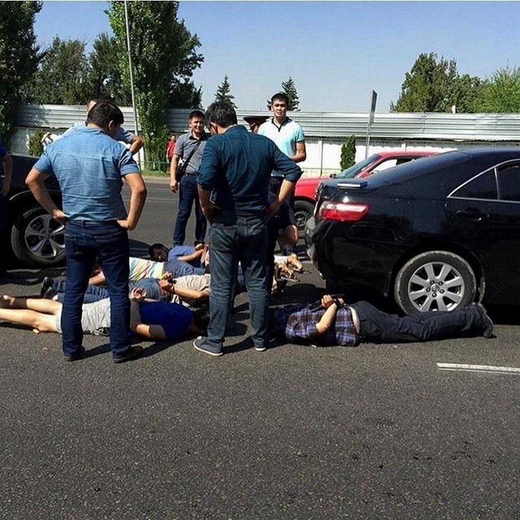 На проспекте Раимбека в Алматы задержали неизвестных