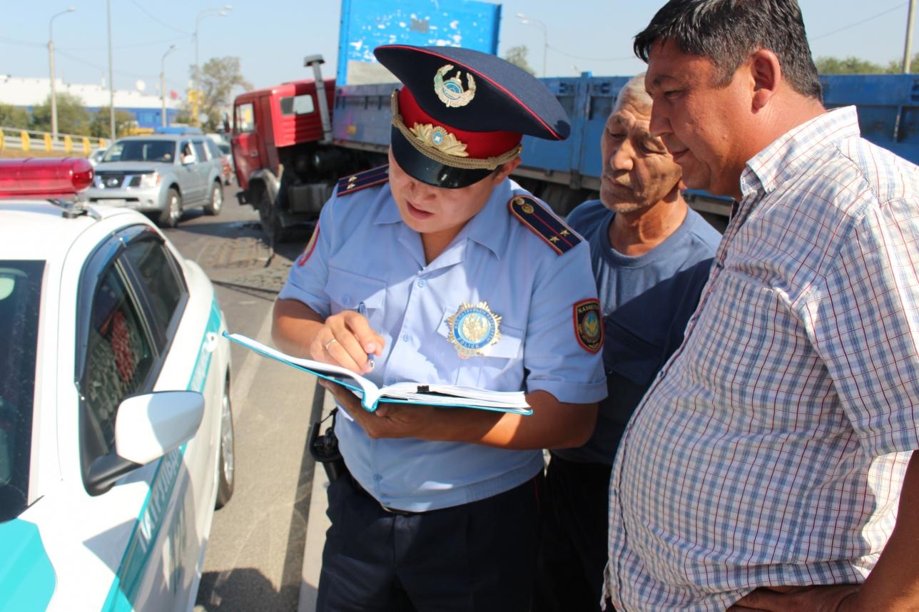 Лейтенант Айдос Абаев оформляет протокол