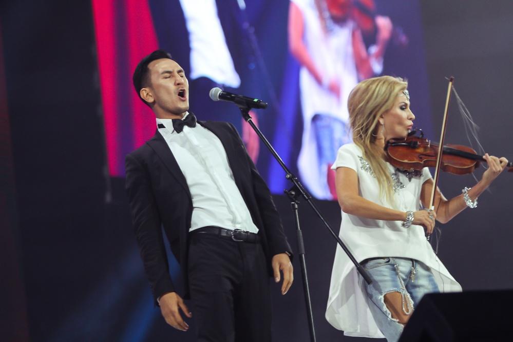 Скрипачка Жамиля Серкебаева пришла на ЕМА в рваных джинсах
