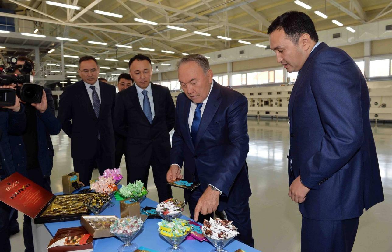 """Президент посетил фабрику """"Баян Сулу"""" в Костанае"""