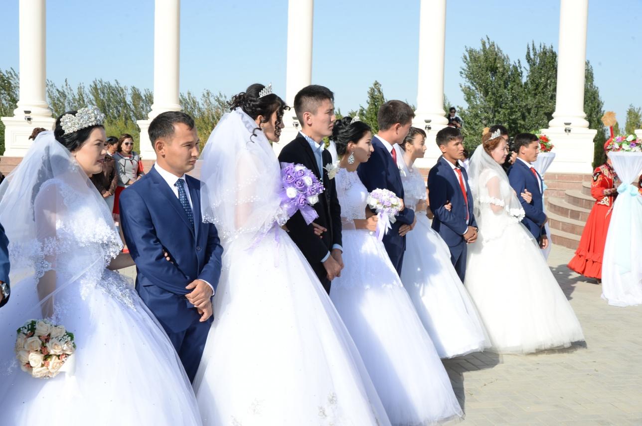 25 парам вручили свидетельства о браке на центральной площади