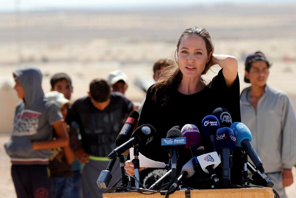 Окончательно пара поссорилась из-за желания Джоли поехать с детьми в Сирию, сообщает источник