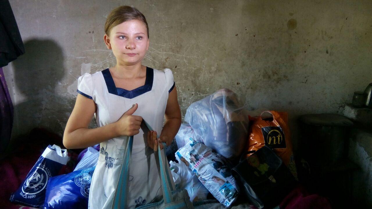 Школьнице Саше подарили школьные принадлежности