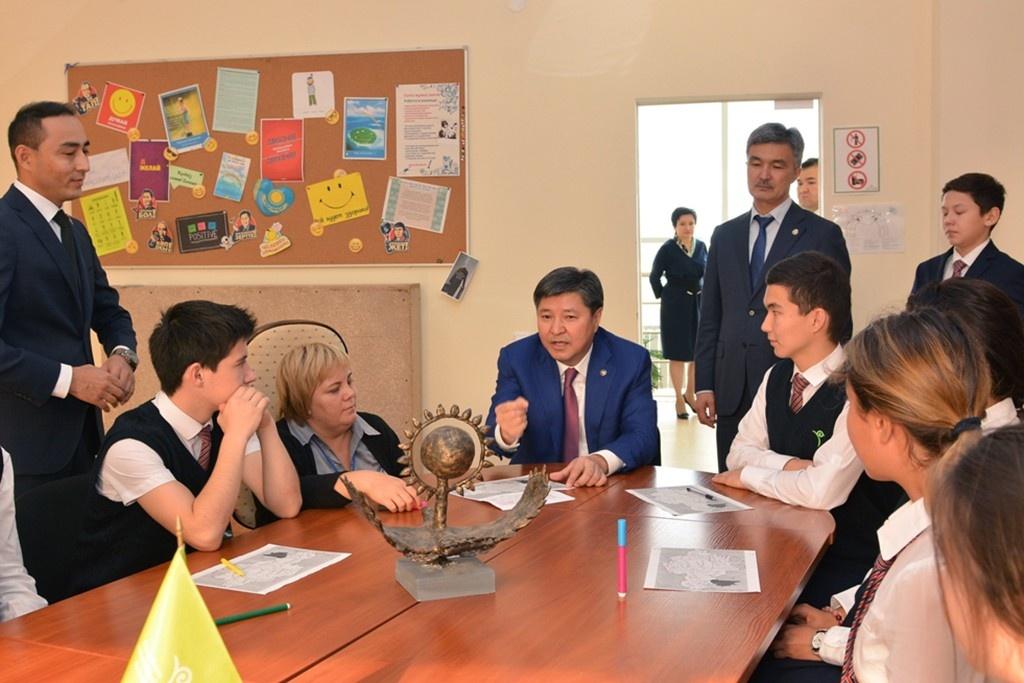 Жакип Асанов встретился со школьниками и студентами в Актобе