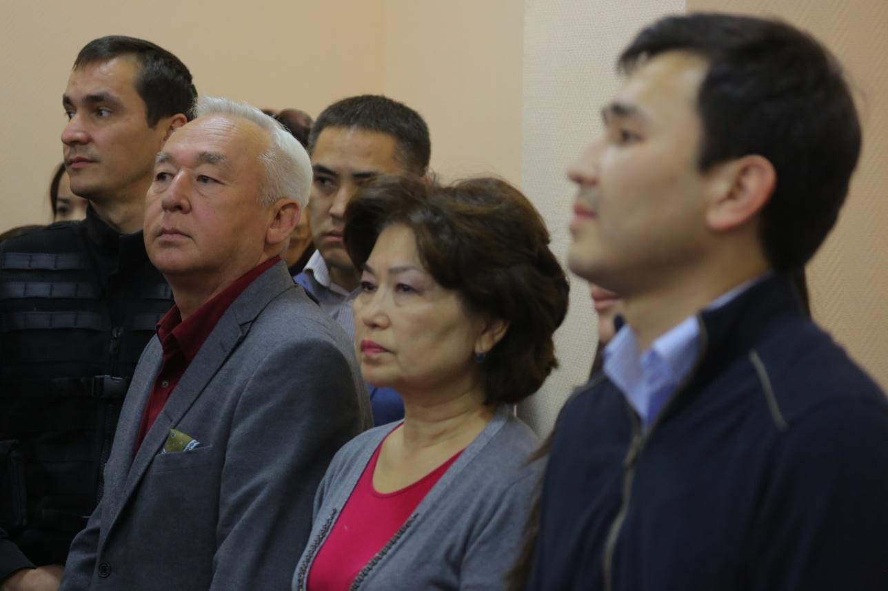 Сейтказы и Асет Матаевы с Баян Рамазановой на приговоре
