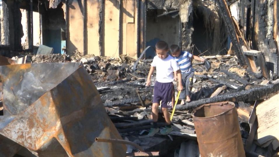 Дети на пепелище, которое было их домом