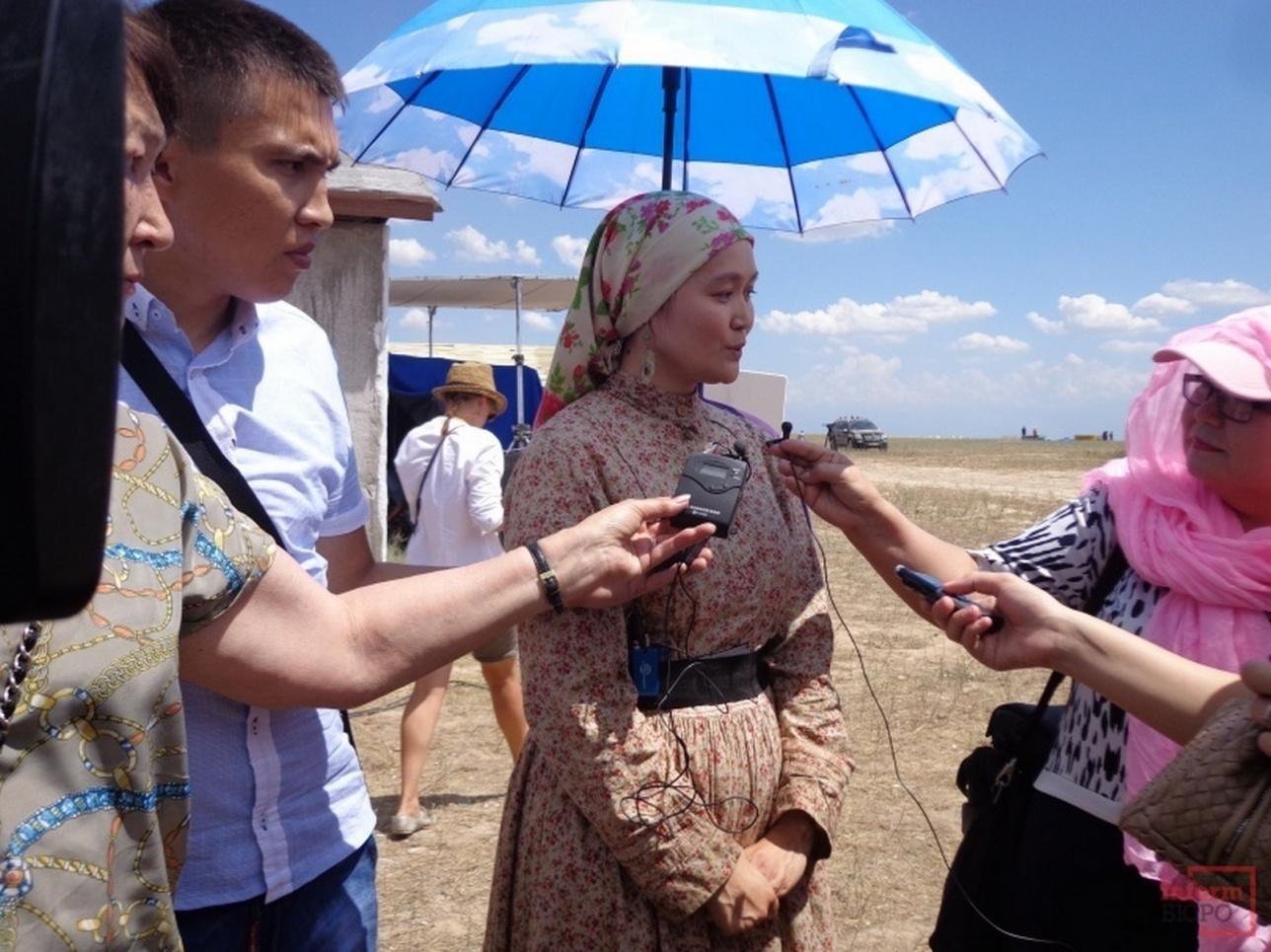 Главная героиня фильма Алтынай Ногербек даёт интервью на съёмочной площадке